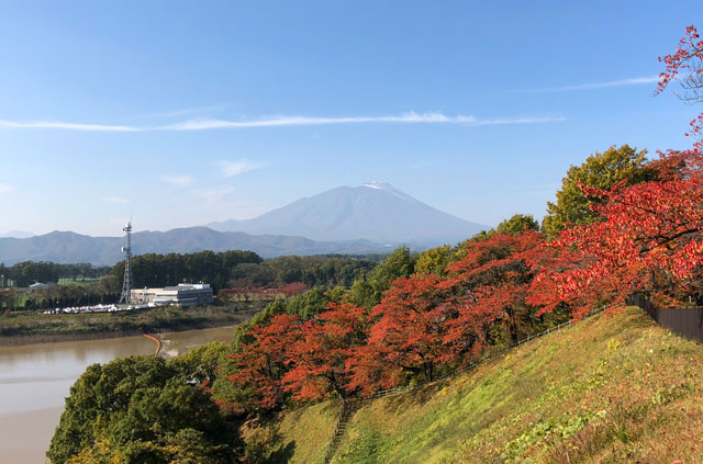 四十四田ダムと岩手山と紅葉