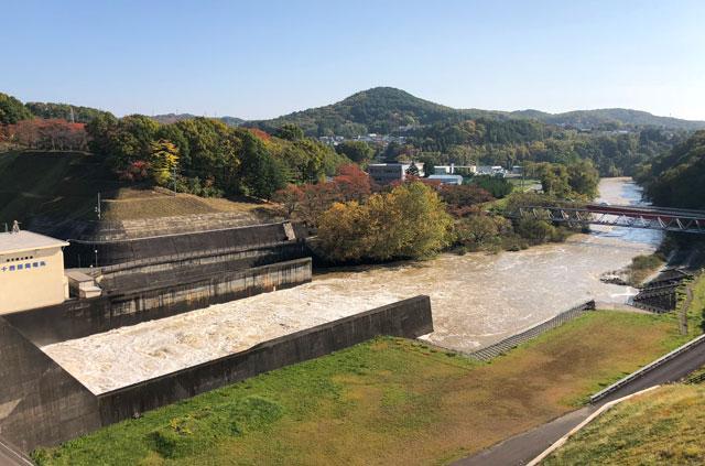 四十四田ダムと北上川