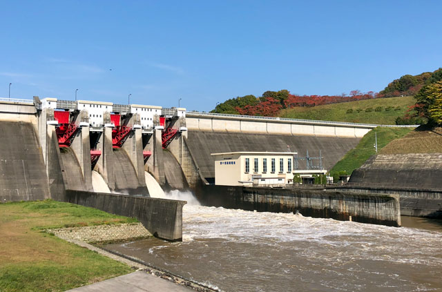 放水中の四十四田ダム
