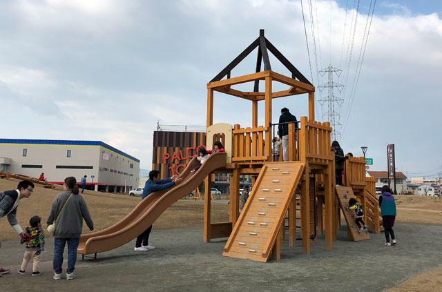 滑り台などの複合木製遊具