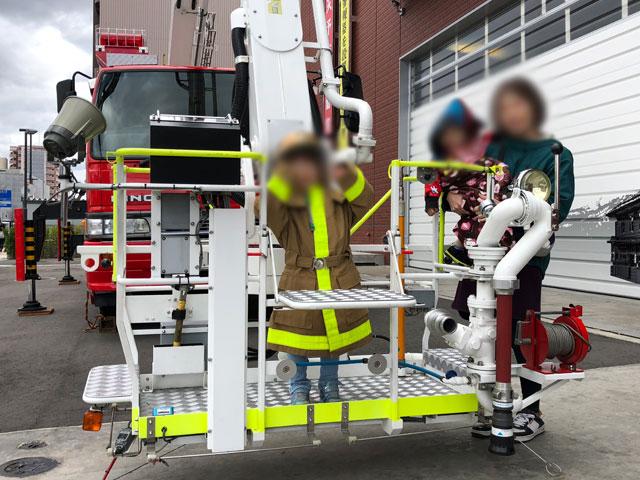 消防士の防火服を来て記念撮影