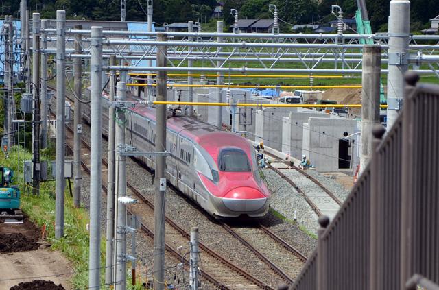 跨線橋から見た秋田新幹線こまち
