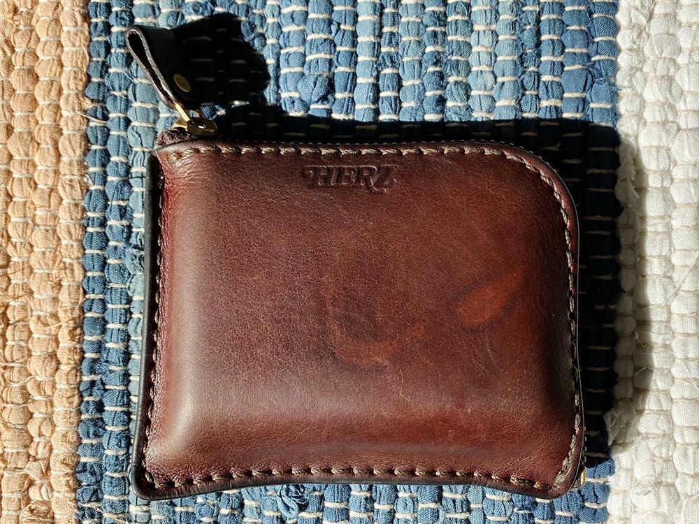 9年の年月が経ちエイジングが進んだHERZの革財布